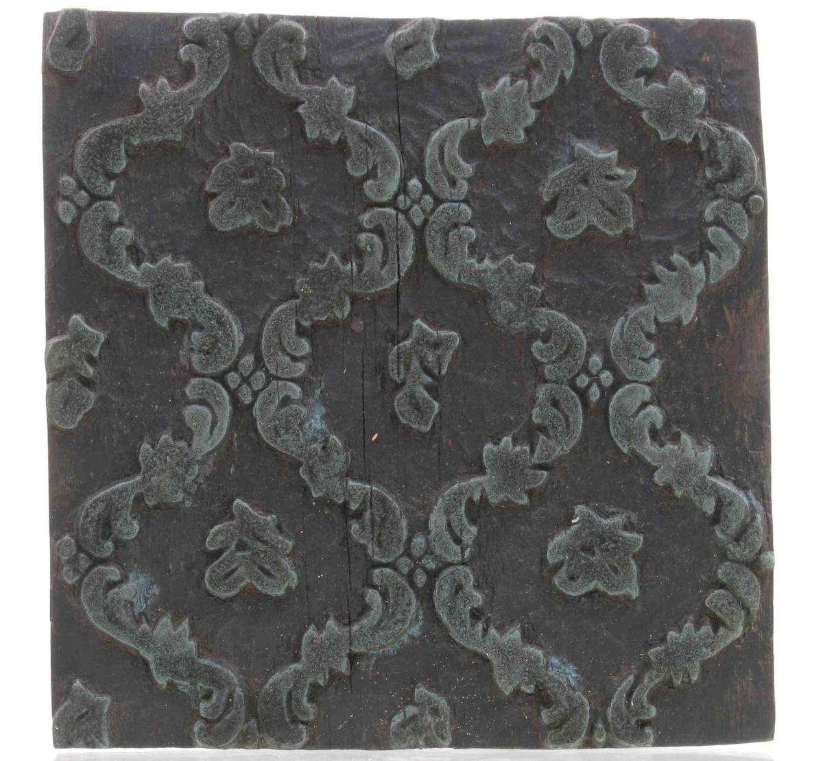 """1700- tallsmønster, rokokko """"gitterverk"""" av  c- ornamenter, med små strøblomster  i åpningene."""
