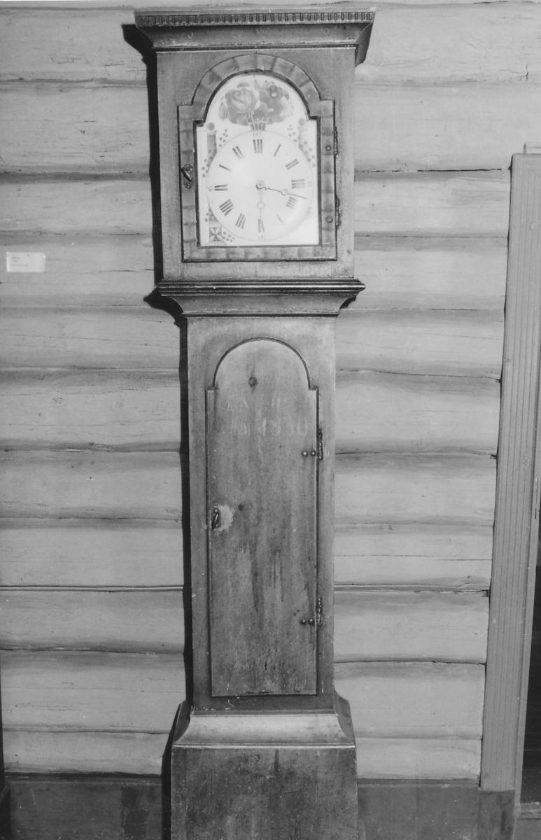 """Bomlster og søyler """"TNSA 1839"""" på døra"""
