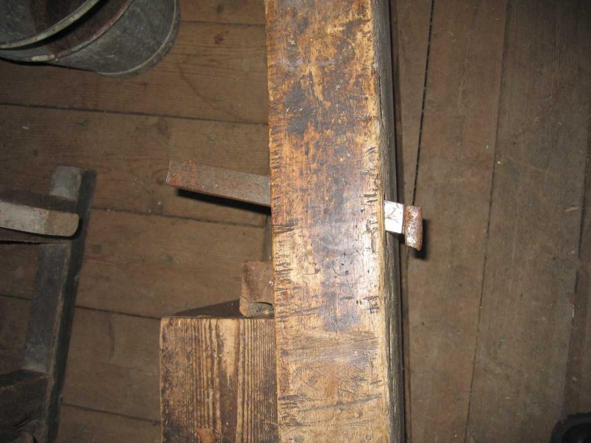 Høvelbenk med underdstell del A = overdel, B= understell Skruer av tre, benkehaker i stål.