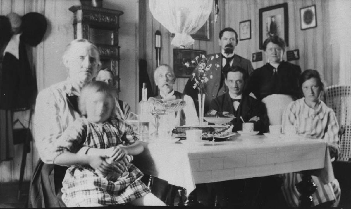 Familie samlet rundt kaffebordet