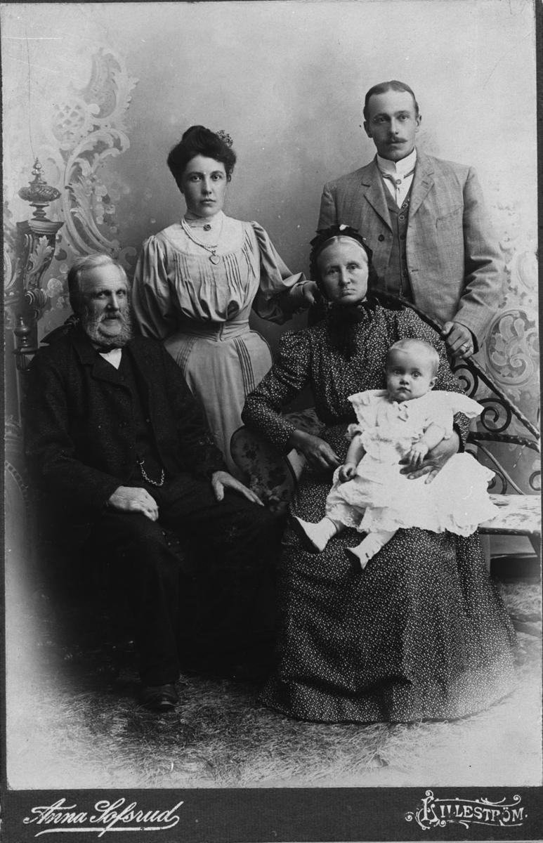 Studiofoto av Familien Fjellstad i 3 generasjoner.