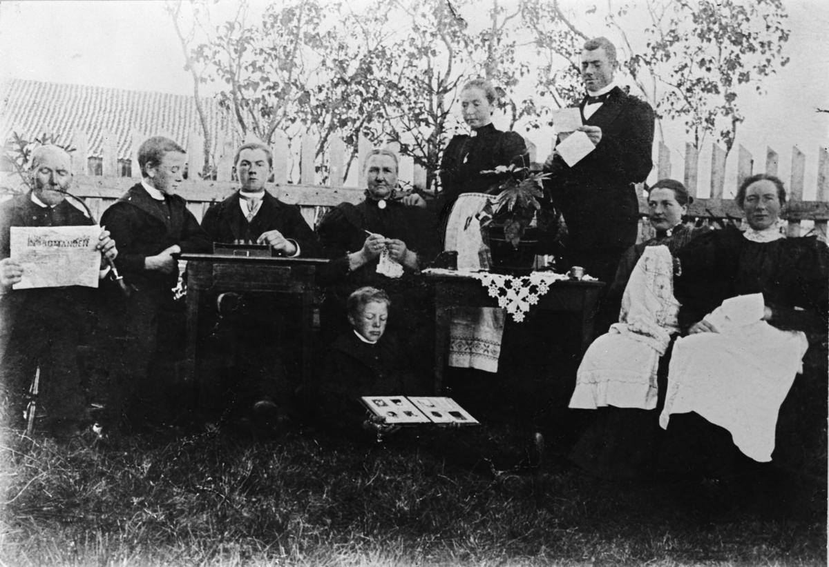 Familien Gjesti samlet til hyggestund i haven på Gården Gjesti