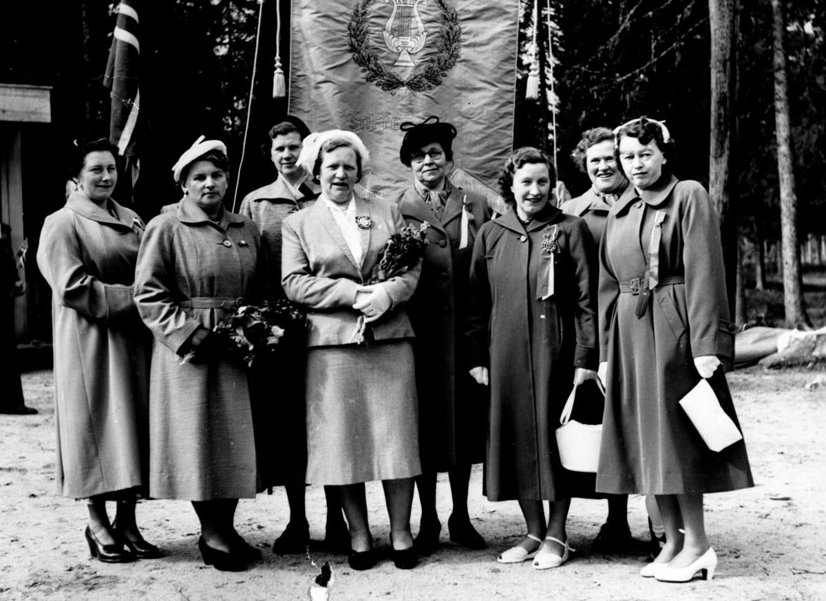 Damene bak fana, som Gardemoen guttemusikk  fikk overrakt i 1954/55.