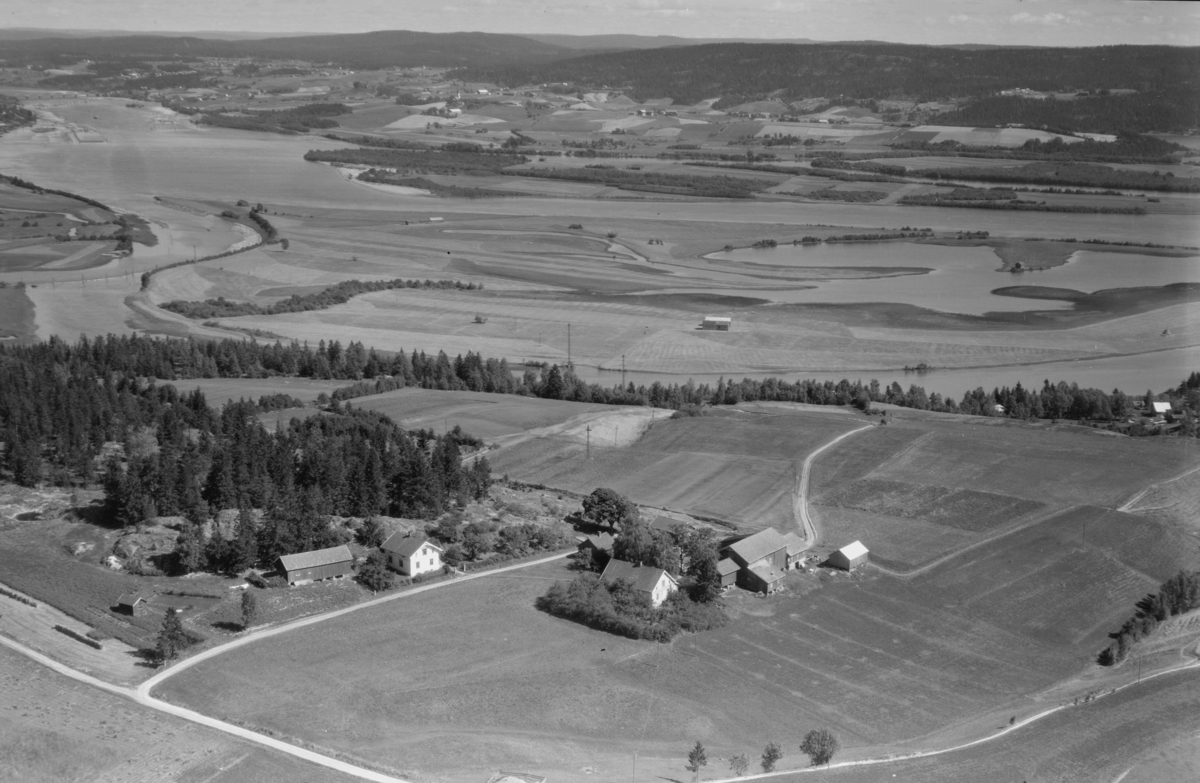 Skoholt, gnr.94.   Nordre Øyeren med delta i bakgrunn.