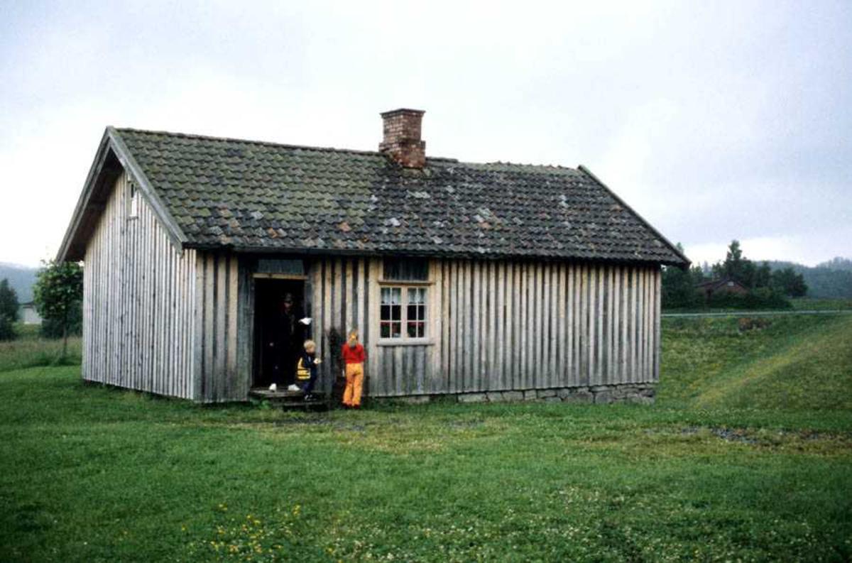 Engerholm husmannsplass. Bolighuset sett fra langside med vindu og dør.