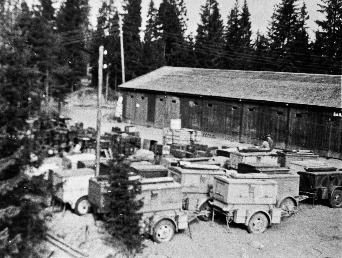 Militære kjøretøyer. Bildet er trolig tatt etter den tyske kaputilasjonen.