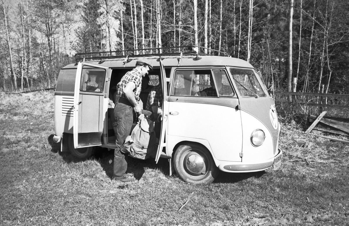 VW-buss drosje med turgåere.