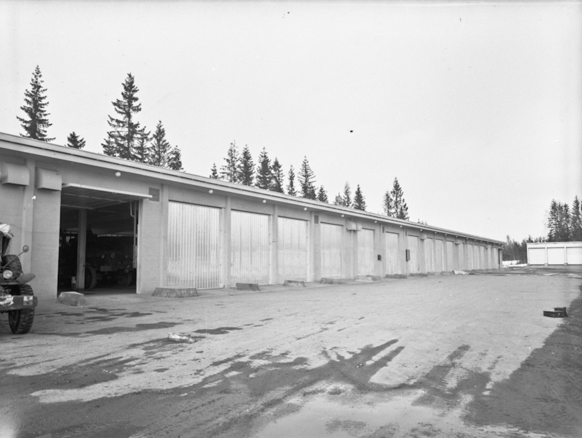 Garasjeanlegg for militære kjøretøyer.