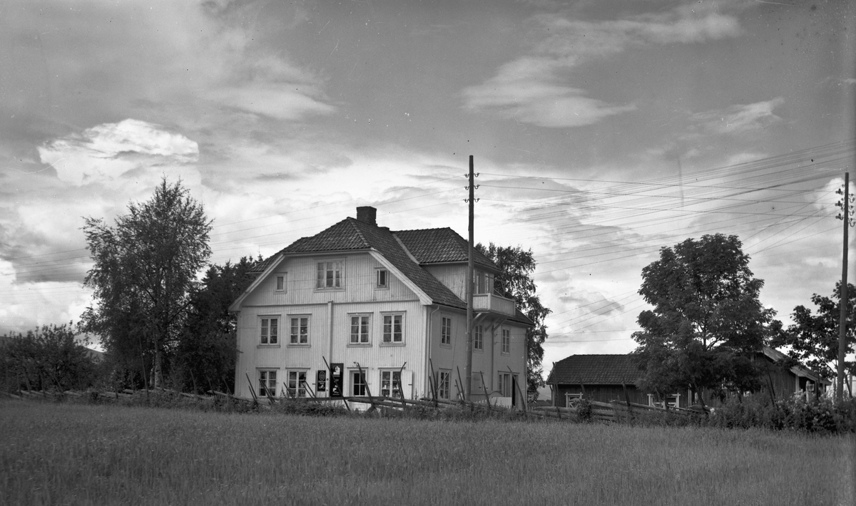Stort hus med landhandel i 1. etg. 12.11.2012: Skovseth butikken. Fremdeles i drift som den siste landhandler i Eidsvoll.  Skrevet av: Åsmund Hoel