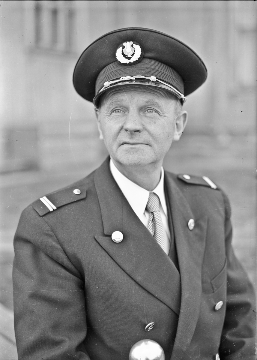 Mann i uniform. E.J.K. står på lua - Eidsvoll Janitsjar Korps. Dirigent Magne Høiberget. Han var også musikklærer på Eidsvoll Landsgymnas. 1945-55.