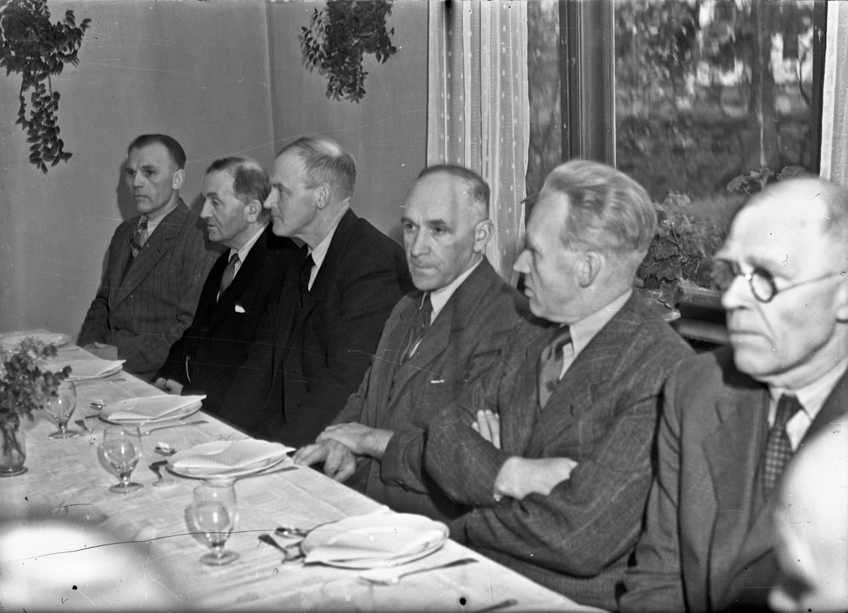 Gruppe menn. Jens Røkholt nr. 3 fra venstre.