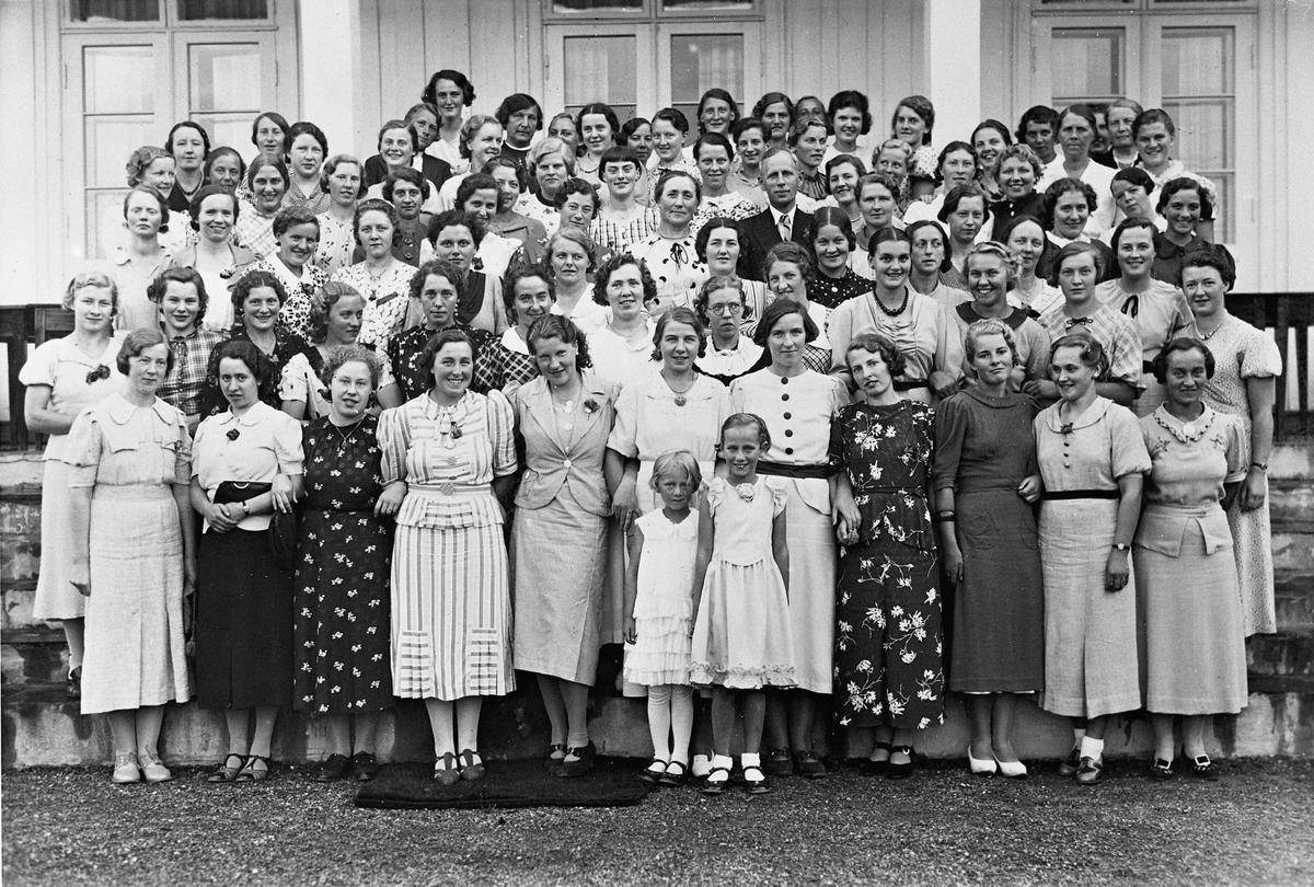 Gruppebilde. Ca 70 kvinner, 2 små jenter og 1 mann.
