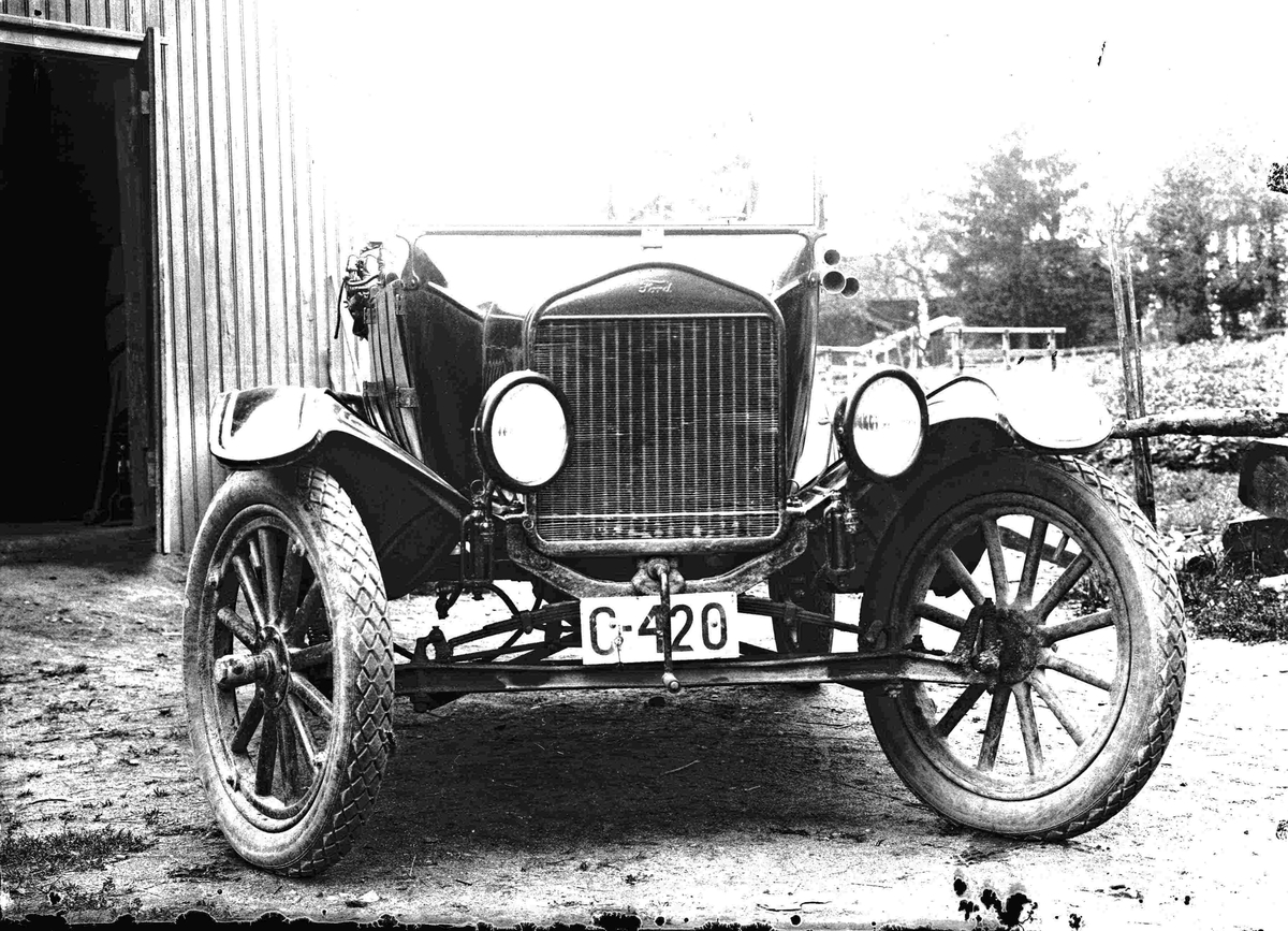 Ford bil av førkrigsmodell.  10.11.2010: C-420 er en Ford T 1920-25. Ser ut som om den har fått ettermontert en mekanisme som får lyktene til å svinge parallelt med forhjulene.  Skrevet av:  Ivar E. Stav 29.01.2013: Bilen er neppe nyere enn 1923.  Den tilhørte lensmann Joh. Aasgaard på Eidsvold.  Kanskje de svingbare lyktene skulle gjøre det lettere å forfølge kriminelle??? Skrevet av: Trygve Krogsæter
