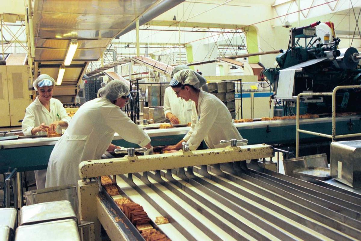 Cream Cracker, kjeks, maskiner, arbeidere, arbeidstøy, kvinner, fabrikkmiljø. Pakkelag ved A-linja