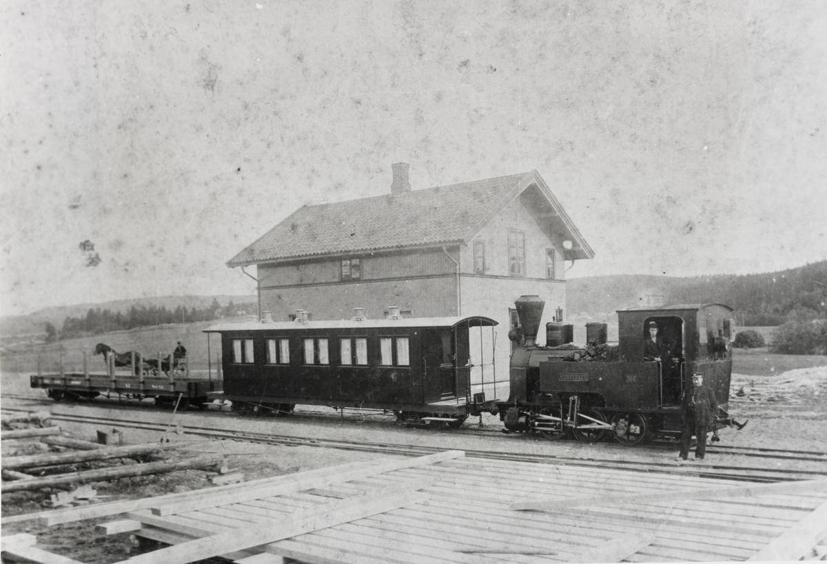 Toget på Bjørkelangen stasjon har ankommet med nylevert personvogn, trolig september 1896.