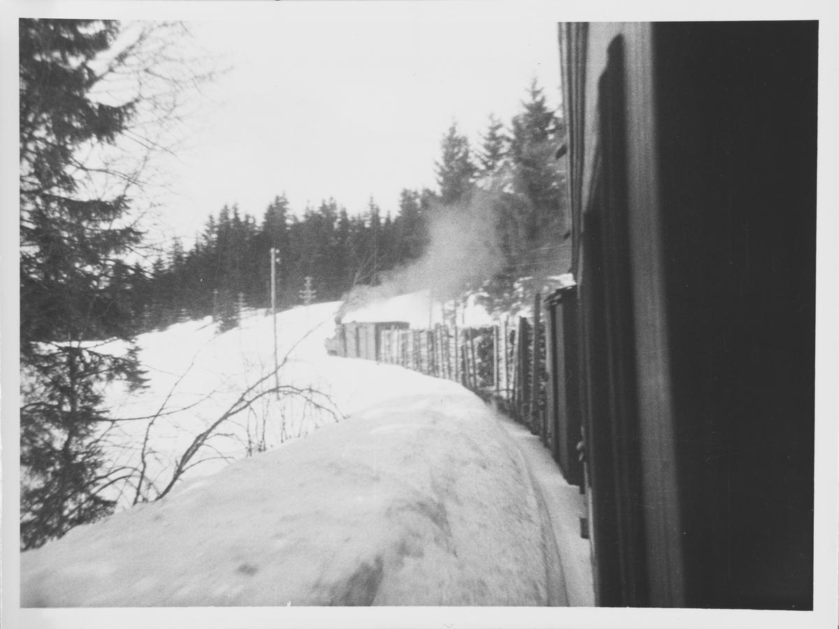 Tog retning Sørumsand med flere fullastede tømmervogner.