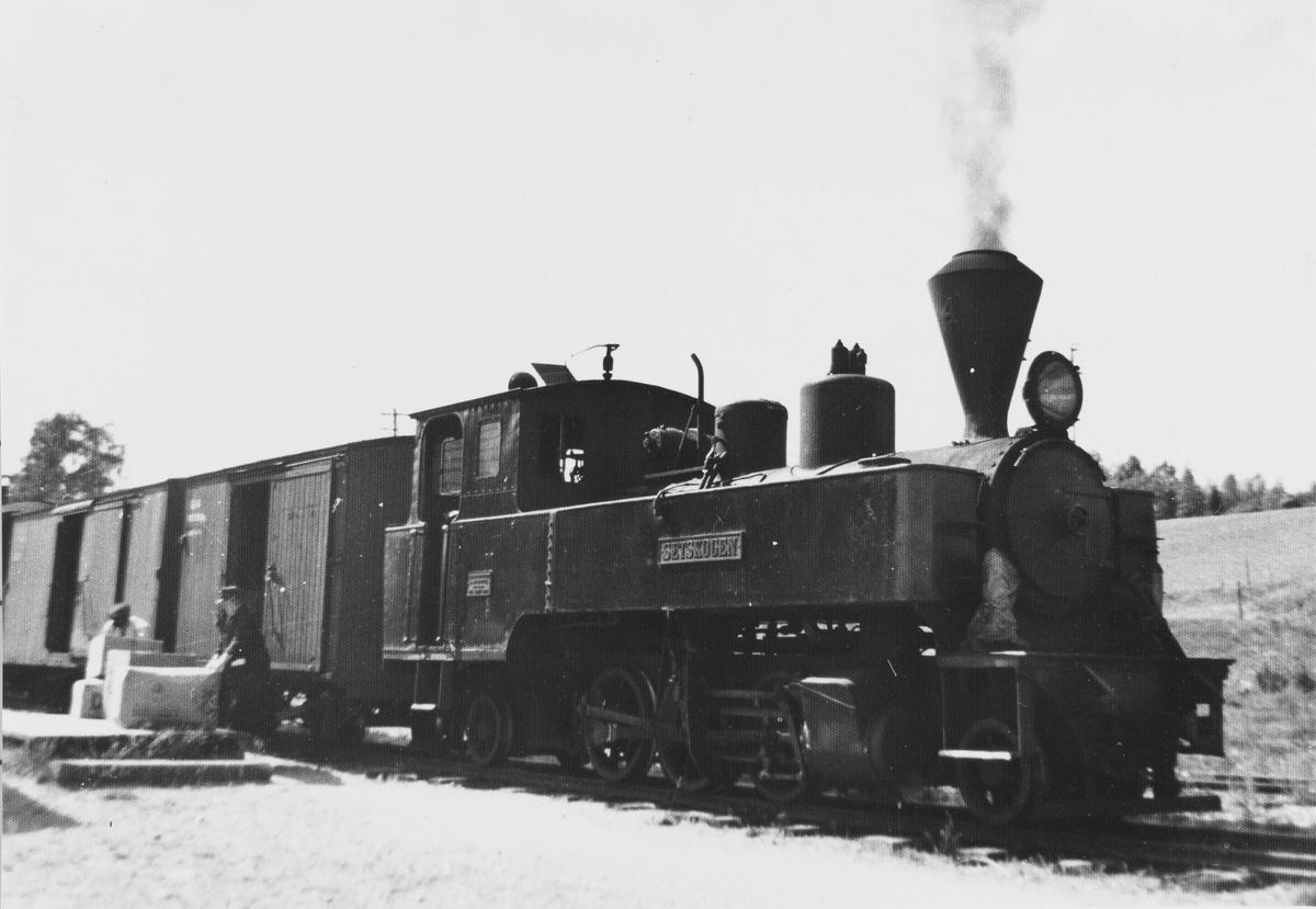 Tog retning Sørumsand laster og losser gods på Hornåseng stasjon.