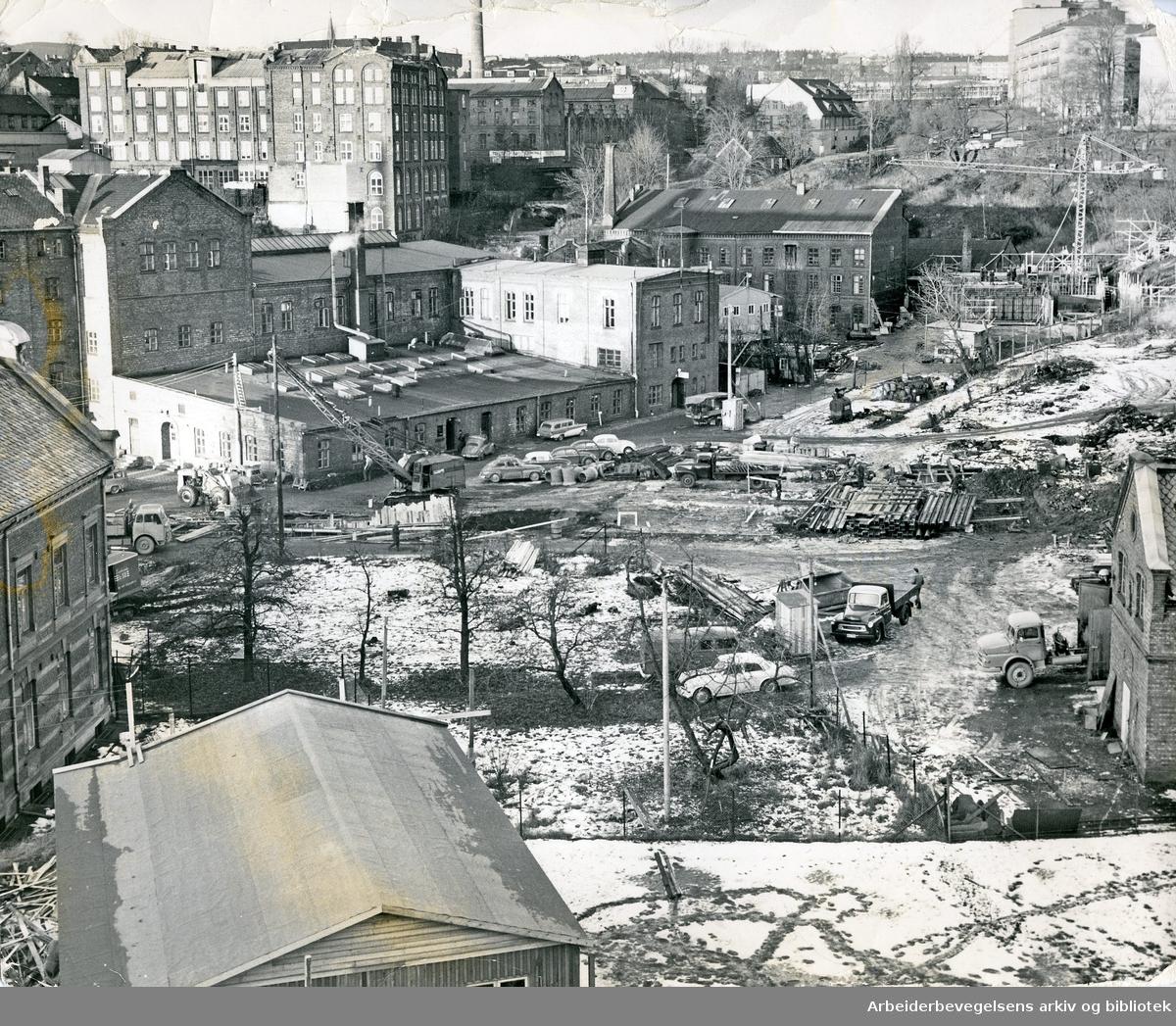 Det gamle industriområdet nedenfor Beierbroa mellom Sagveien og Sandakerveien. Bortsett fra Hønse-Lovisas hus er all synlig bebygning på bildet som ligger øst for Akerselven i ettertid revet. Øverst i bildet sees bygningene til Hjula veveri og Graahs spinneri, november 1964