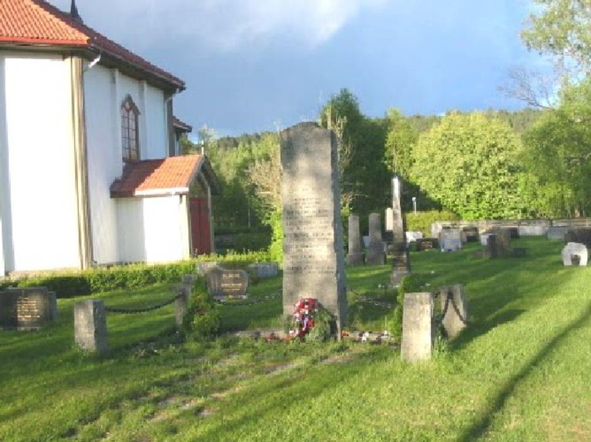 3 meter høy granittbauta. Områder avgrenses med en jernlenke fester til hjørne-steiner i granitt. Se foto.