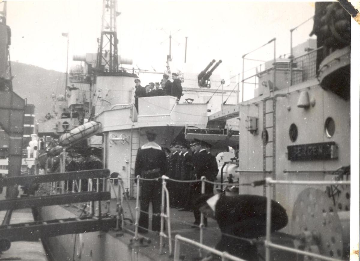 Enkeltbilde. C-kl jager KNM Bergen ankommer Bergen for første gang. offiserer oppstilt på dekket.