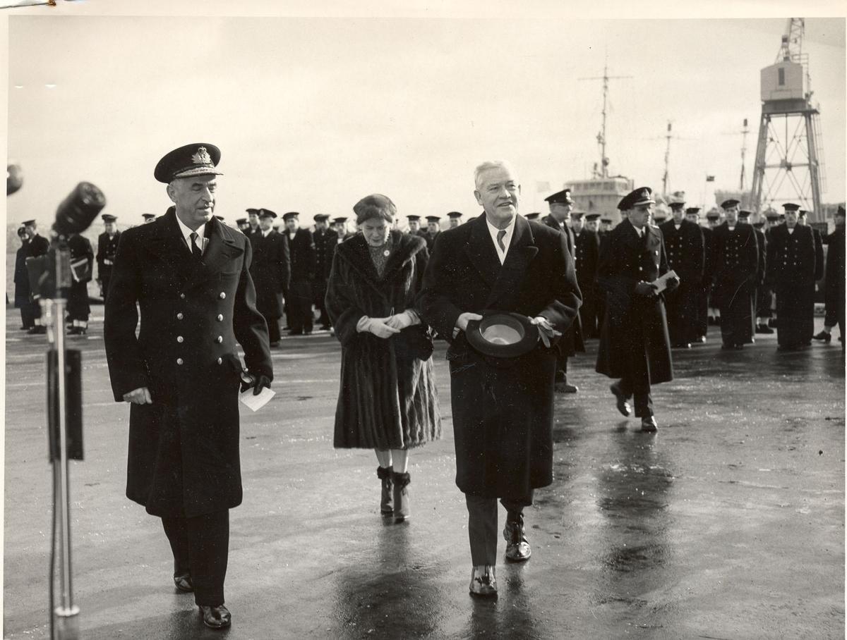 """Overtakelsen av River-kl.fregatt KNM """"Draug"""", ex. HMCS Pentang. Se """"andre opplysninger"""" vedr. personene på bildet."""