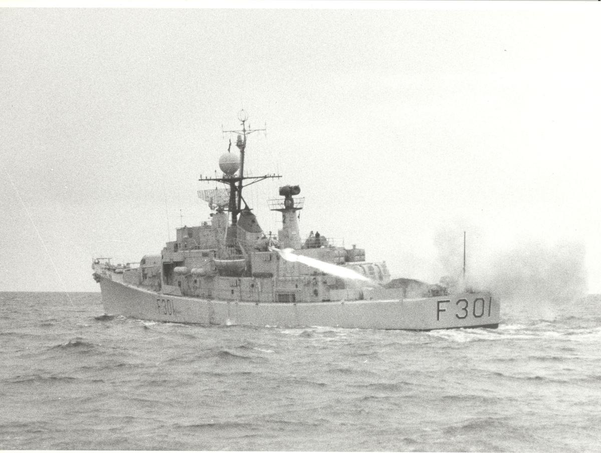"""Oslo-kl. fregatt KNM """"Bergen"""" - avfyrer Pingvin-rakett. Babord låring."""