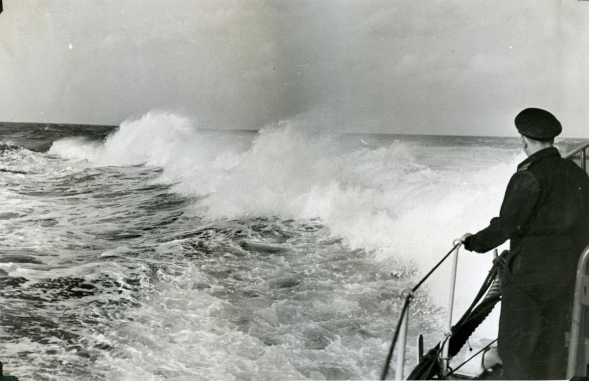 "Album Glaisdale H.Nor.M.S. ""Glaisdale"". Fotograf: Ltn. Holter. Full fart mens de jager ubåter i Atlanterhavet."
