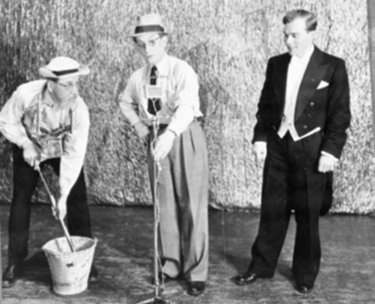 REVYKABARET: GAMLE MINNER, SKETSJ, MELKING VED UTESKURET, 3 SKUESPILLERE: FRA VENSTRE: BONDEN: REVY-PER: PER PEDERSEN, REPORTER: CARL HAAVE, SØNNEN: SVERRE FINSTAD, 1943.