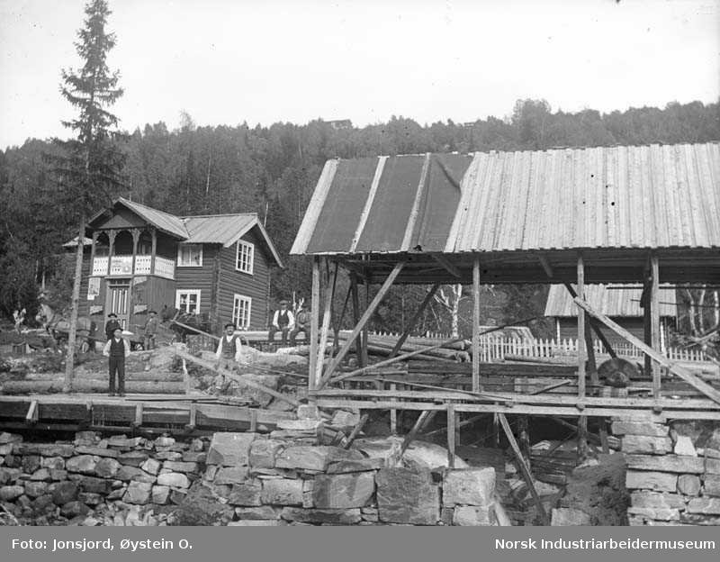 Landhandel på Steinsland i Ådalen med vannrenne og sag.