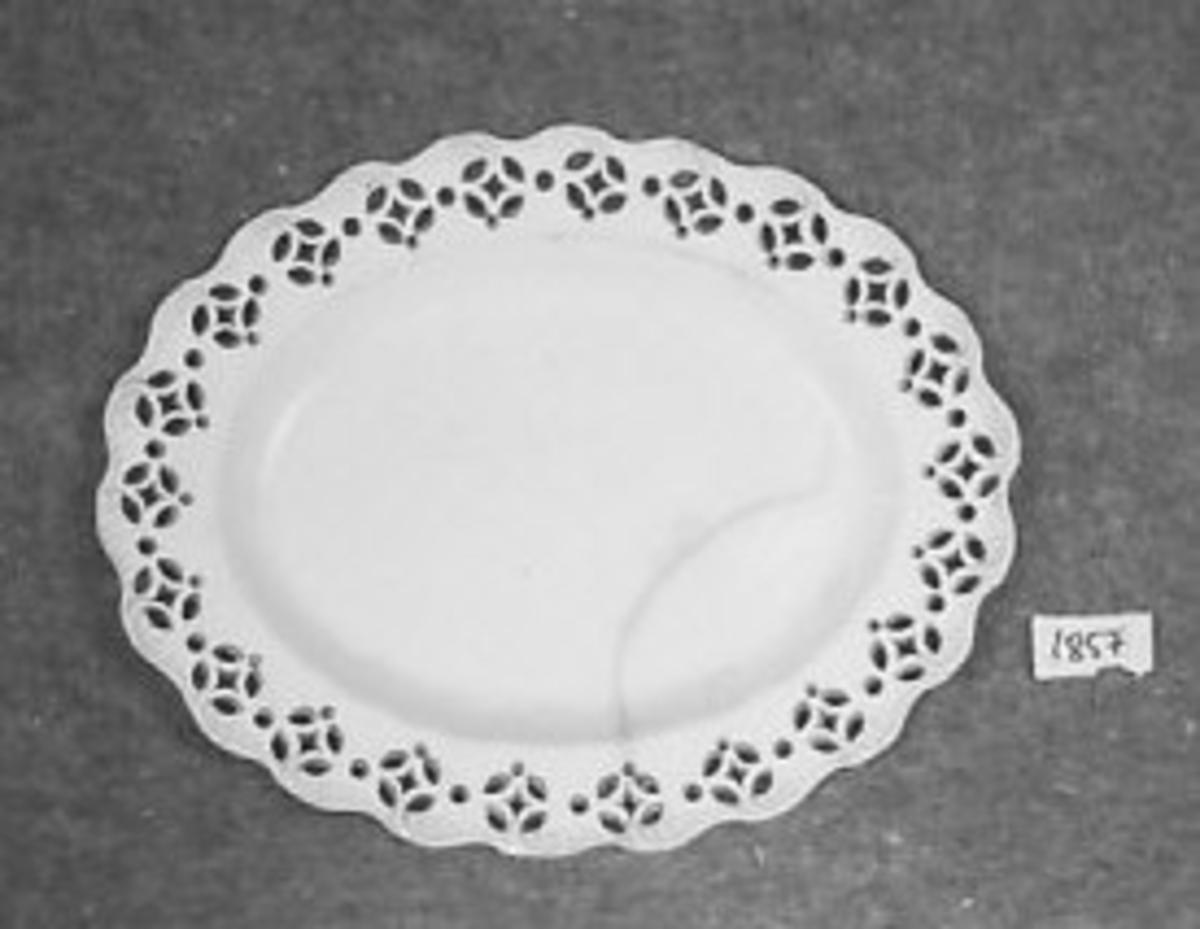 Oval bunn. Brem med bølget ytterkant og plast duk, gjennombrutt mønster.