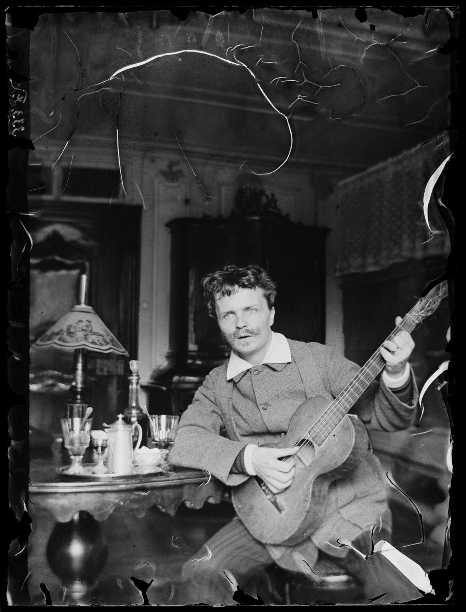 August Strindberg med gitarr i Gersau, Schweiz. Nordiska