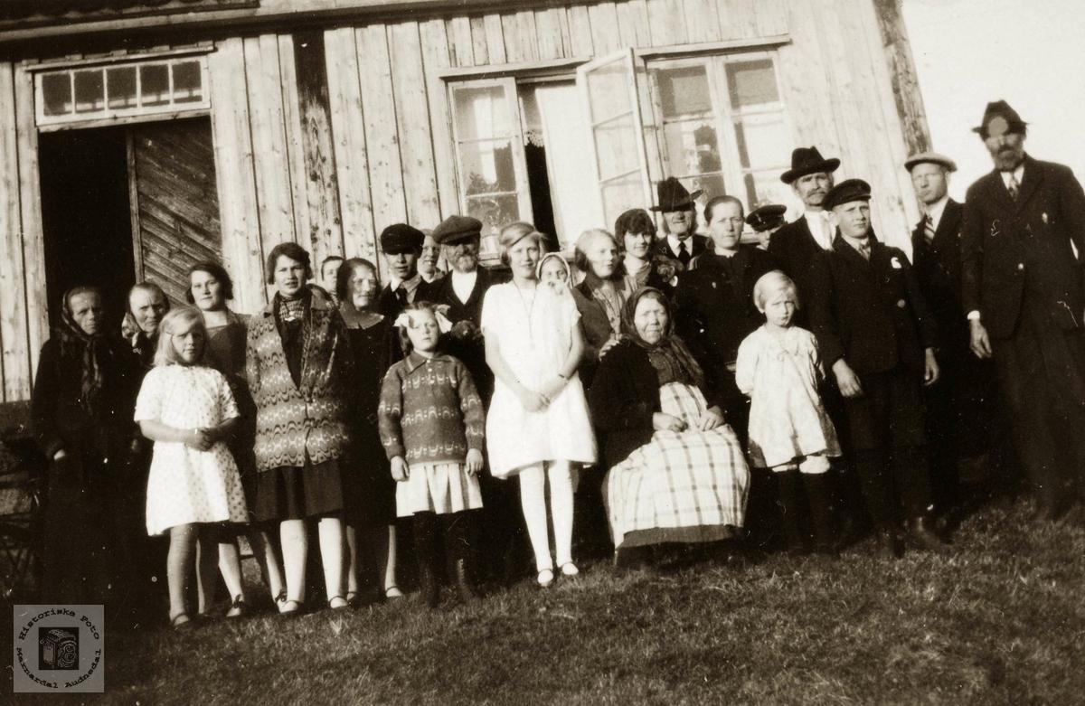 Stor familiesamling med konfirmasjon på  Flottorp. Grindheim Audnedal.