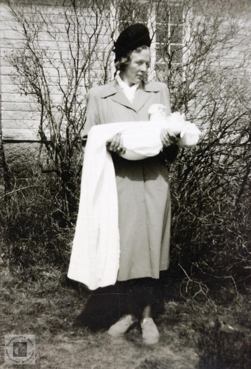 Ung mor, Kristi Åsland med barnedåpsbarn. Gringheim Finsland.
