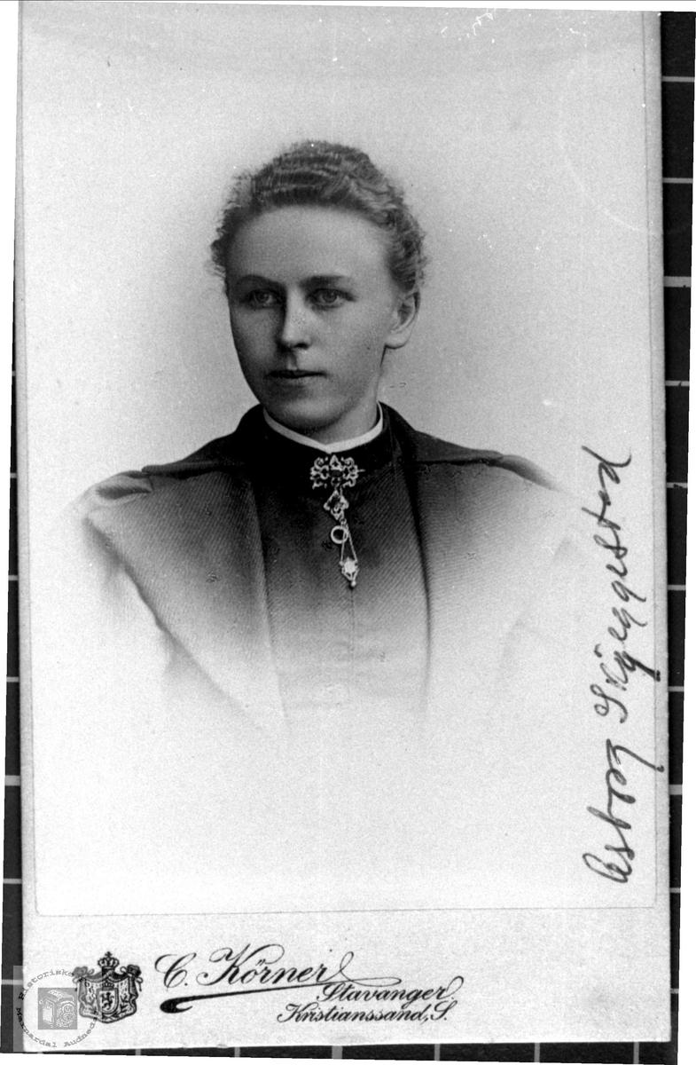 Portrett av Asborg Nødbekk Holum gift Skjeggestad, Bjelland.