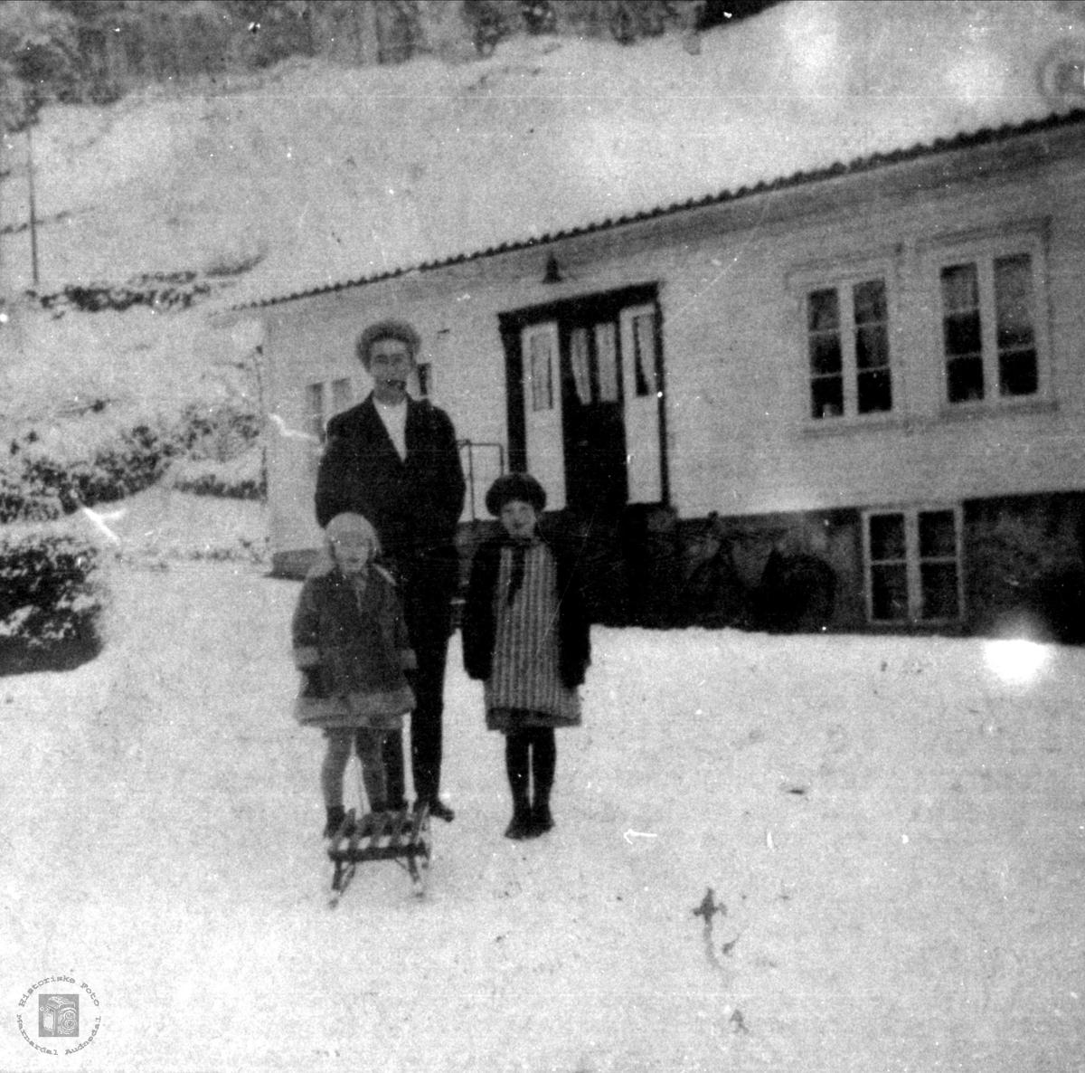 Kjøpmann Jørgen Skuland sitt hus Elvarheim på Laudal ved den gamle vegen.
