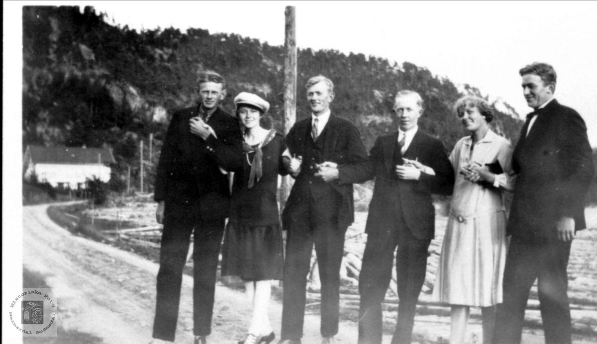 Familiebilde i flom ved Høyevannet Øyslebø.