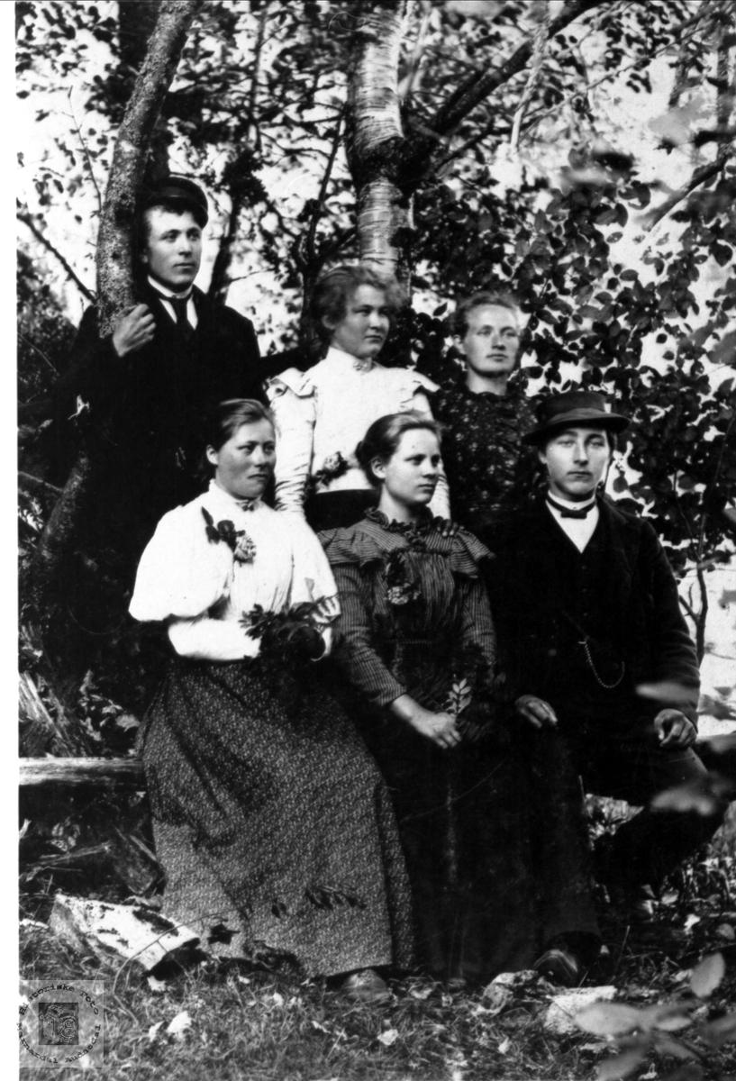 Portrett av 4 jenter, 2 gutter. Knut Fuglestveit, Øyslebø er avbildet.