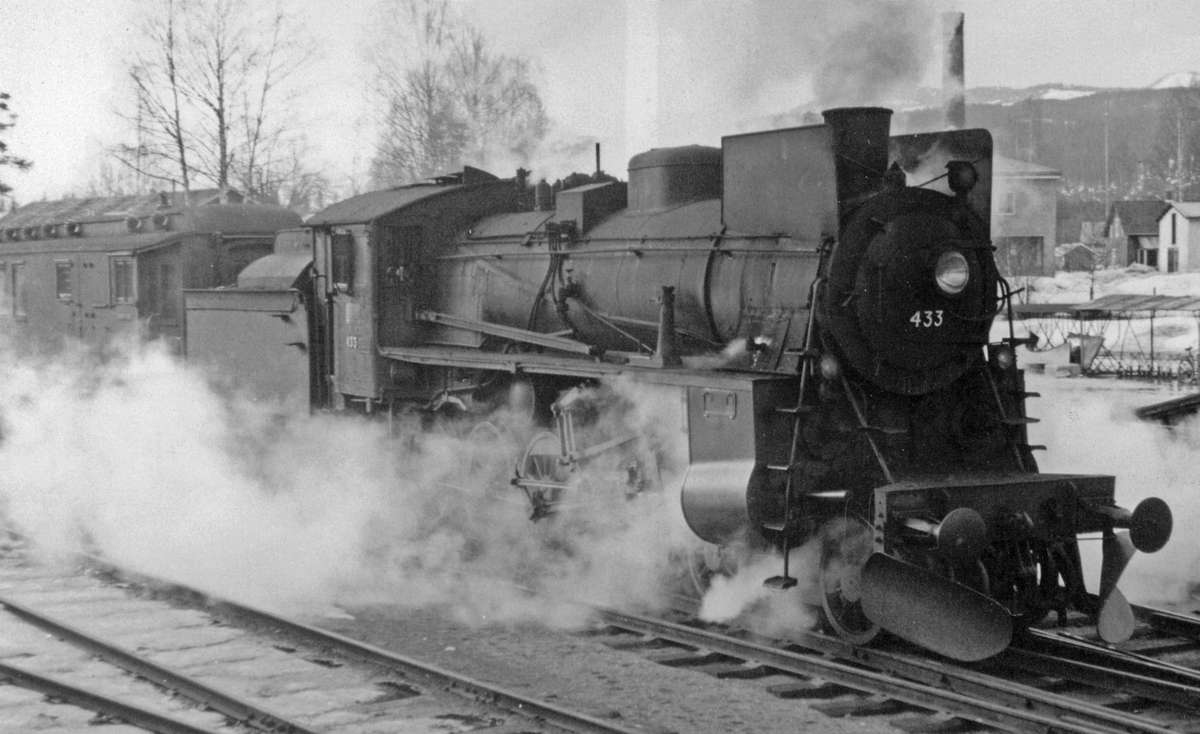 Påsketog på Valdresbanen på Dokka stasjon trukket av damplok 26c nr. 433.