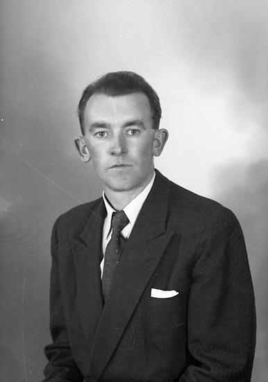 """Enligt fotografens journal nr 8 1951-1957: """"Karlsson, Herr Bertil, Mölnebo, Fagerfjäll""""."""