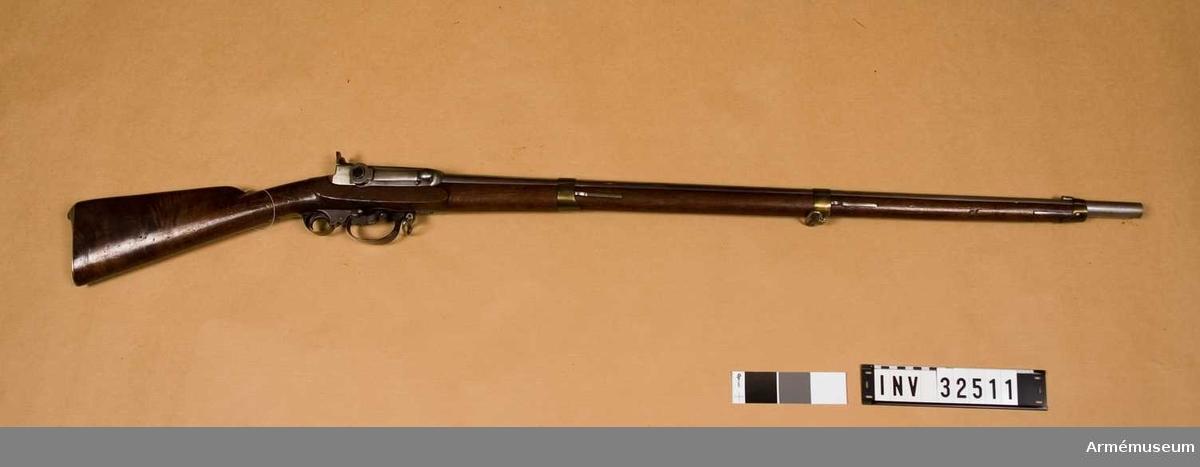 """Grupp E II.  Räfflat med slaglås. Avfyringsinrättning av Gregersens invention 1839. På kammarstyckets övre sida står """"Modell 1838  Nr 5"""". På varbygeln står """"Gregersons invention  1839"""" på två ställen.  Samhörande nr 32511-3, gevär, bajonett, balja."""