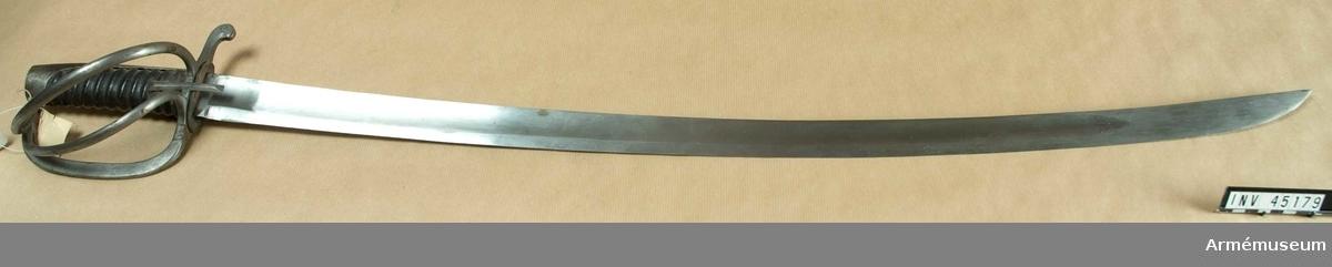 Grupp D II.  Klingans bredd vid fästet är 38 mm.