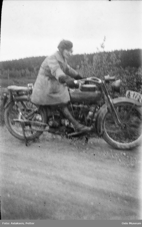 Harley-Davidson motorsykkel, registreringsnummer A-1758, kvinne