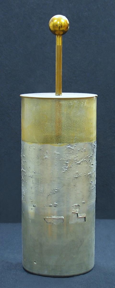 Ett elektriskt batteri bestående av fyra stycken Leydnerflaskor (laddflaskor) sammankopplade med metallstänger och stående i en trälåda, vars inre botten är klädd med vad som troligen är stanniol.  Ett elektriskt batteri konstruerat av så kallade laddflaskor. En laddflaska består av en glascylinder som på in och utsidan är klädd med staniol eller tennfolie. Flaskan är endast klädd till hälften upp på glascylindern. Den övriga delen är lackad så att de olika beläggningarna inte kommer i kontakt med varandra. I ett elektriskt batteri förenas den inre beläggningen kopplas ihop med hjälp av tjockare metalltrådar. De yttre länkas samman med hjälp av en låda som klätts med staniol.