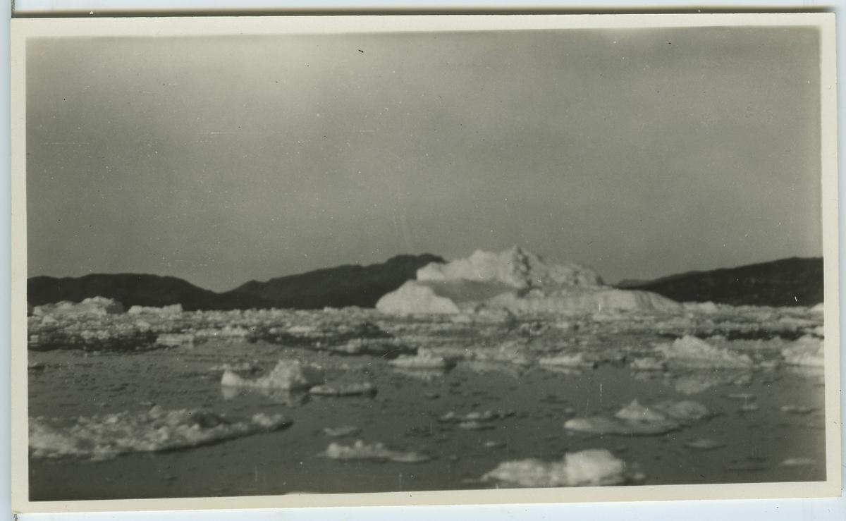 'Upernivik ''Tafjord.'' Stora isflak och isberg och berget ''Kaersorsuak'' . Står om fotot i Frits Johansens dagbok. ::  :: Enligt kuvertet som negativet låg i ''Trip to W-Greenland VI''. ::  :: Ingår i serie Fotonr. 5217:1-103. Se även hela fotonr. 5202-5218 med bilder från Frits Johansen.'