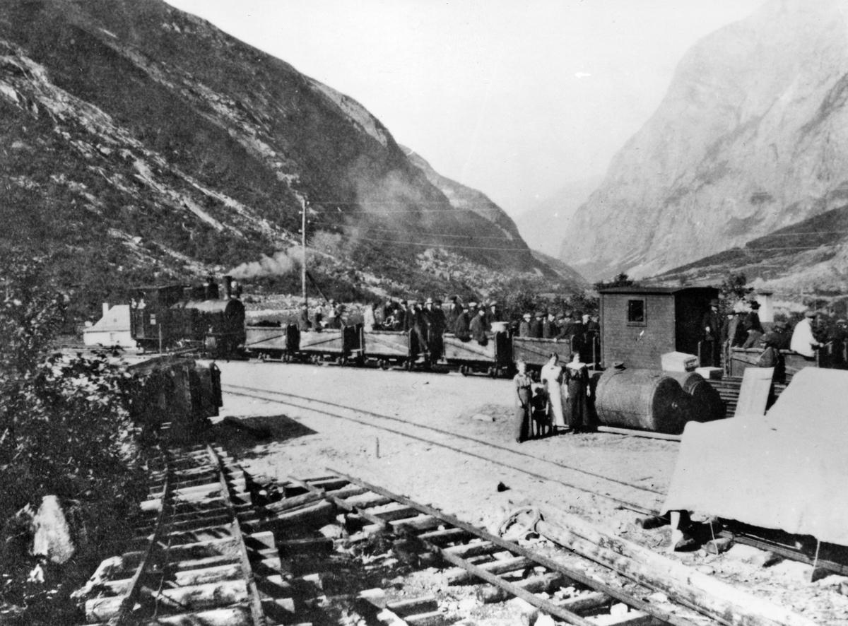 """""""Persontog"""" på Aurabanen trukket av damplok nr. 2 eller 3 er klar for avgang med tog til Sunndalsøra. Godsvognene ble benyttet til persontransport."""