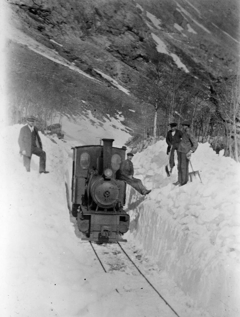 Aurabanen spadd frem med håndmakt etter snøskred mellom Linset og Dalen. Aurabanens damplok Aura nr. 1