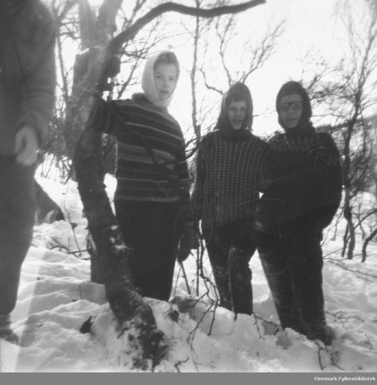 Tre barn/ungdommer fotografert i snøen, sansynligvis i Porsanger kommune. De er: Rigmor Riise, Elbjørg Johansen, , Gerd Eriksen.