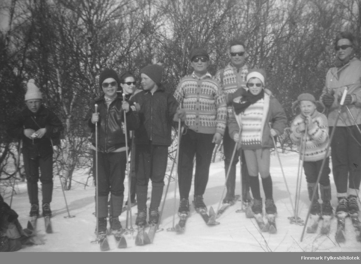 Familene Erling Skogen og Johannes Nymo på skitur i påsken. Stedet er ukjent, men sansynligvis i Porsanger kommune.