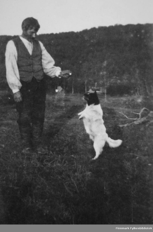 Mikkel Saari og hunden Cello på Saarineset i Neiden, tidlig på 1920-tallet