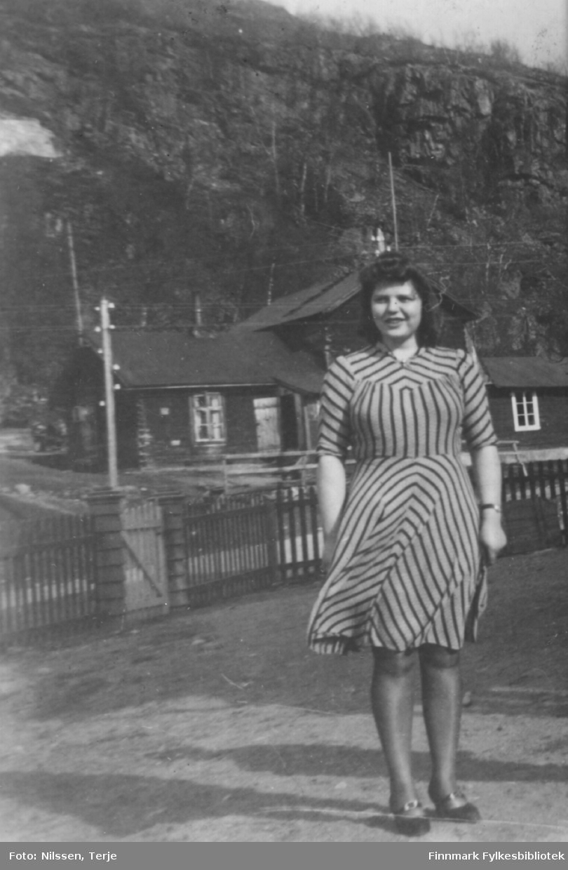 Grethe Sivertsen fotografert på Elvenes, der hun var ansatt hos skogforvalter Trygve Meidell